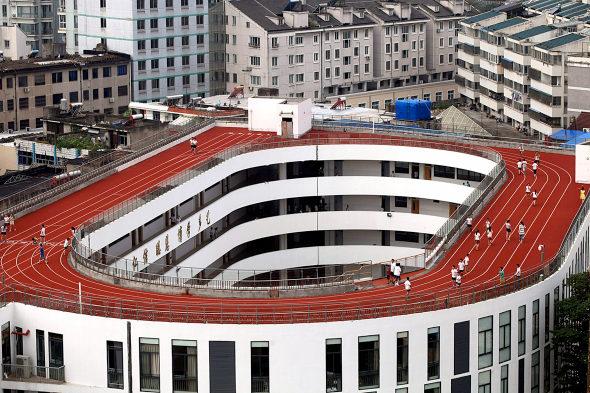 【中国】屋上に陸上トラックを作った小学校!1