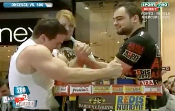 プロのボディビルダー vs. プロのアームレスラー