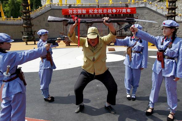 【中国】抗日戦争77周年紀念活動、少女兵が日本兵を生け捕り2