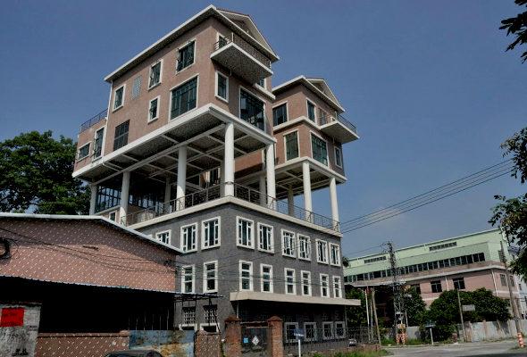 【中国】 屋上違法建築!3階建ての上に2階建ての「空中別荘」が2棟1
