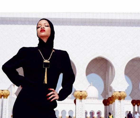 リアーナ、「不謹慎なポーズ」でモスクから退去1