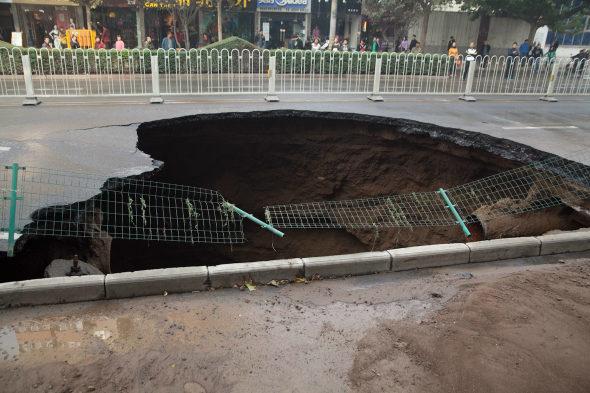 【中国】 西安の道路に「巨大な穴」3