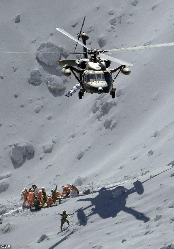 【画像】AP通信が撮った御嶽山の陸自ヘリの救助写真