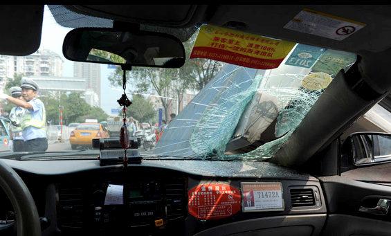 【中国】 バス停が突然倒壊!3