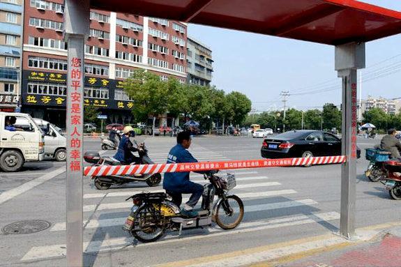 【中国】横断歩道の歩行者用遮断機が設置される!3