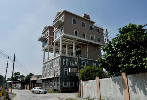 【中国】 屋上違法建築!3階建ての上に2階建ての「空中別荘」が2棟2