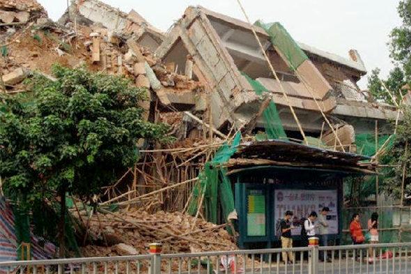 【中国】ビル解体のデタラメさで手前のバス停が大ピンチ!6