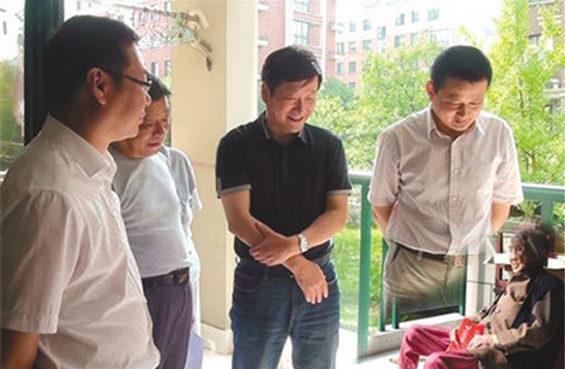 小さなおばあさんに透明人間の幹部 中国の合成写真、出来の悪さで話題に - (大紀元)