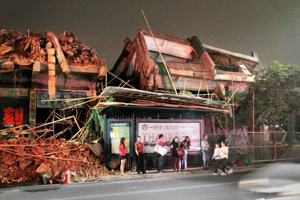 【中国】ビル解体のデタラメさで手前のバス停が大ピンチ!1