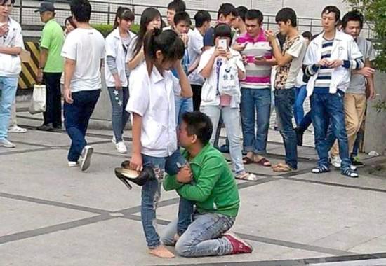 【中国】プロポーズ拒絶され、女性の太腿にしがみついて離れない男2
