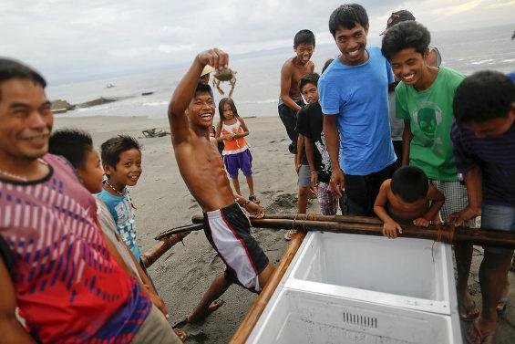 壊れた冷蔵庫が船代わり 台風後のフィリピン漁村2