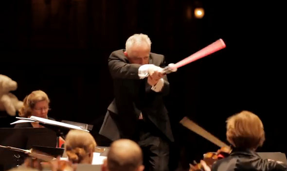 【画像】「帝国のマーチ」で指揮者の指揮棒がライトセーバー