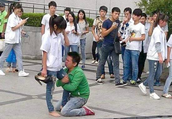 【中国】プロポーズ拒絶され、女性の太腿にしがみついて離れない男1