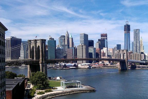 米NY、マンハッタン橋の隙間に住み着いた中国人、警察から排除1