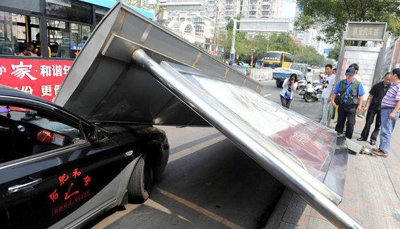 【中国】 バス停が突然倒壊!1