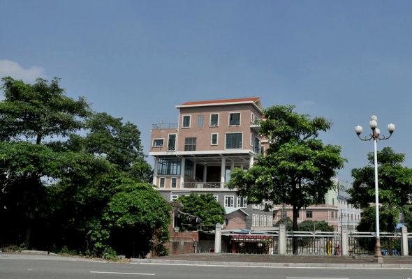 【中国】 屋上違法建築!3階建ての上に2階建ての「空中別荘」が2棟3