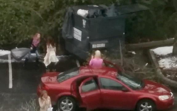 ゴミ袋を捨てたい女性 vs. 大型ごみ収納箱