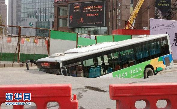 中国、道路が陥没、路線バス転落 1
