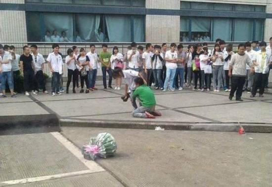 【中国】プロポーズ拒絶され、女性の太腿にしがみついて離れない男6