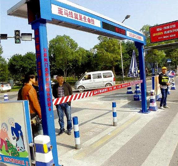 【中国】横断歩道の歩行者用遮断機が設置される!2
