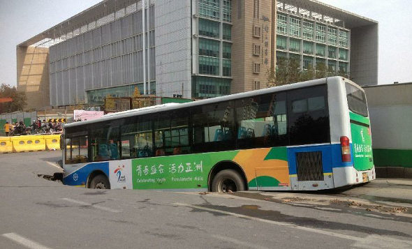 中国、道路が陥没、路線バス転落 3