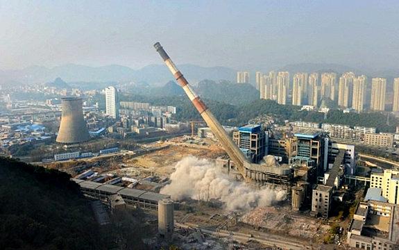 中国、貴陽発電所の大煙突爆破解体
