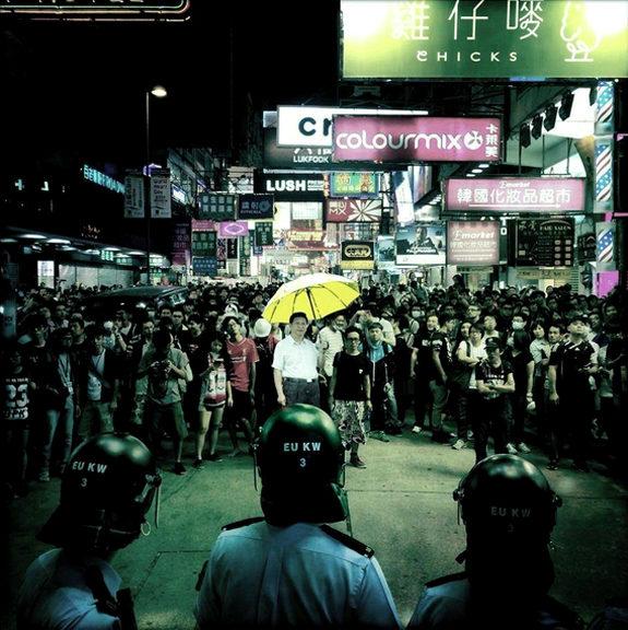 「傘を差す習近平」香港コラ1