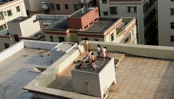 中国、屋上の貯水槽を風呂代わりに、子供達が裸で入って遊ぶ!1