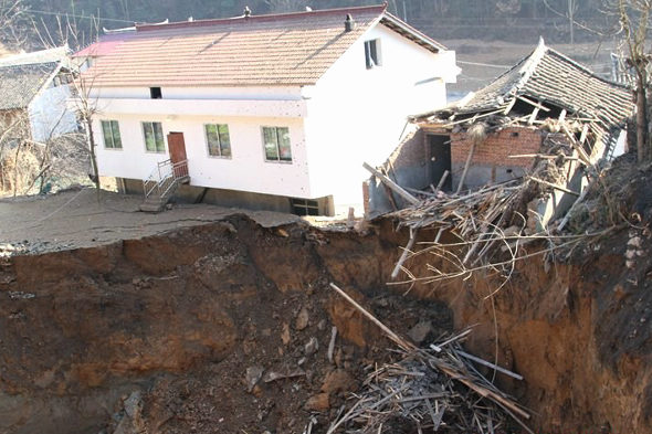 【中国】四川省、村で突然、大陥没3