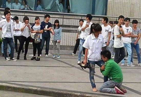 【中国】プロポーズ拒絶され、女性の太腿にしがみついて離れない男3