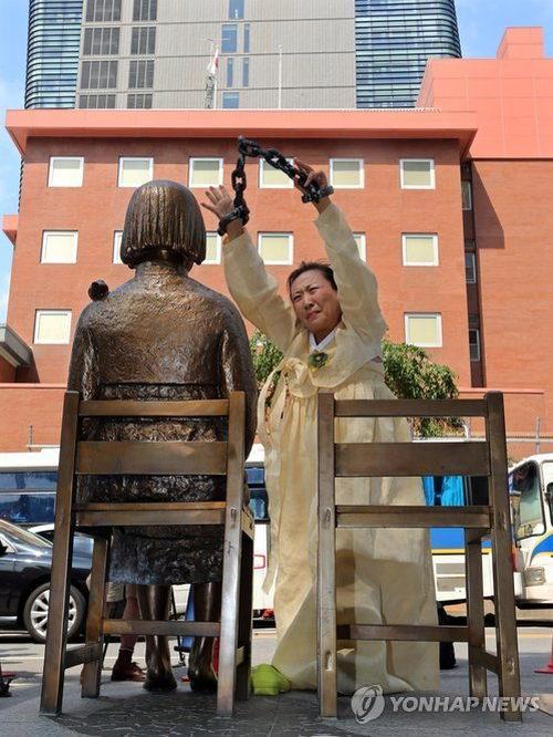 日本大使館の前で行われたパフォーマンス 6
