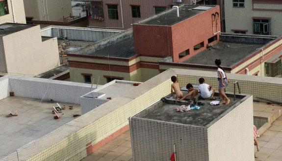 中国、屋上の貯水槽を風呂代わりに、子供達が裸で入って遊ぶ!2