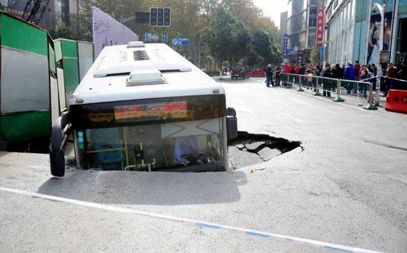 中国、道路が陥没、路線バス転落 2