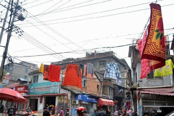 【中国】南昌、電線に干された大量の洗濯物2
