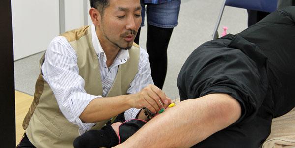 鍼灸実技(鍼通電:パルス治療)3