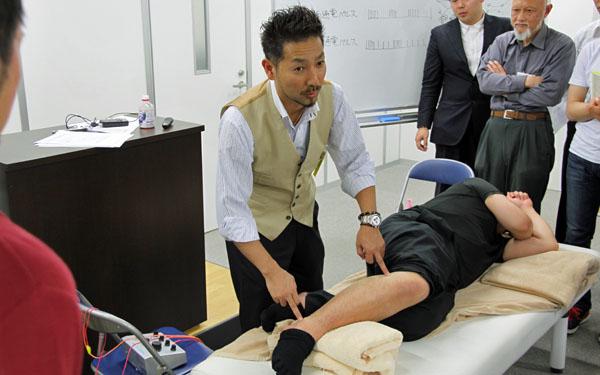 鍼灸実技(鍼通電:パルス治療)2