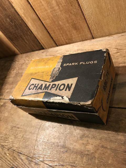 vintage champion spark plugs with 10 box set (2)