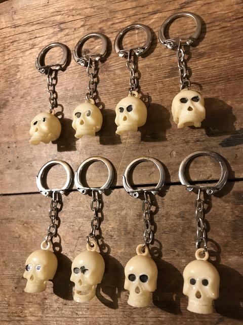 vintage skull chin gimmick keychain (1)