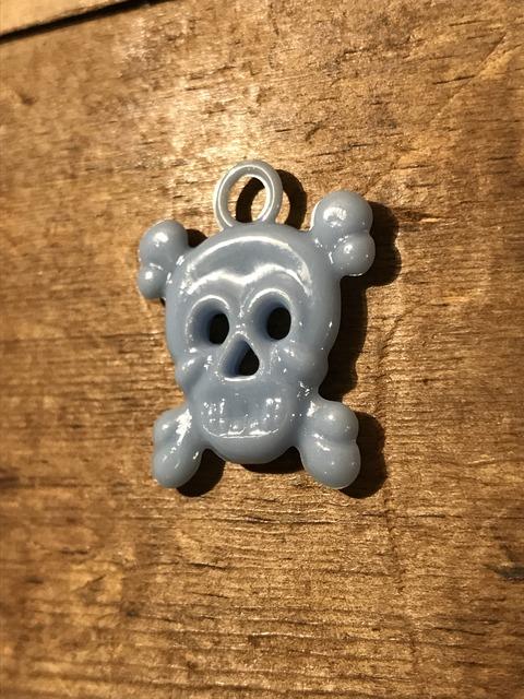 vintage gumball cracker jack skull crossbone charm (7)