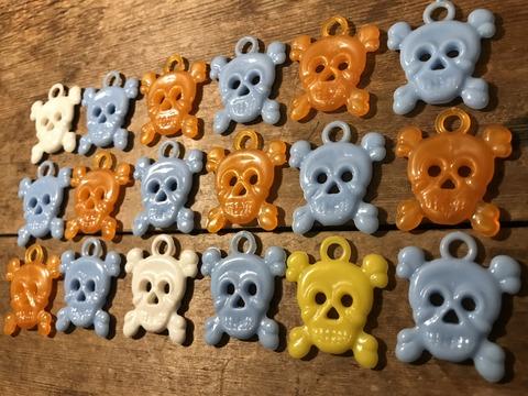 vintage gumball cracker jack skull crossbone charm (4)