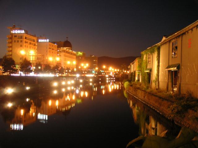 この記事をクリップ! 気のある街です。夕刻の運河に映る街の光は写真のように美しいものでした。ま.