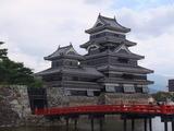 国宝松本城、当日は日本そば祭りで大混雑