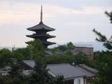 法観寺五重塔, 中央遠くに京都タワーが