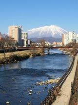 厳寒の岩手山と北上川 (盛岡駅前の開運橋より)