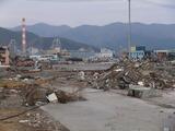遠くに太平洋セメントの煙突、工場撤退の危機が!