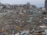 残っている家も中はメチャメチャ、多くは解体へ