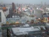 新宿駅南口、右後方は池袋のサンシャインビル