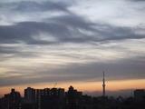 日の出前の墨絵のような空
