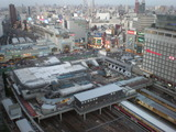 新宿駅南口、右は高島屋タイムズスクエア