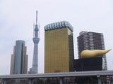 浅草より見るアサヒビール本社屋(屋上はビールの泡を模している)20th.Mar.2011